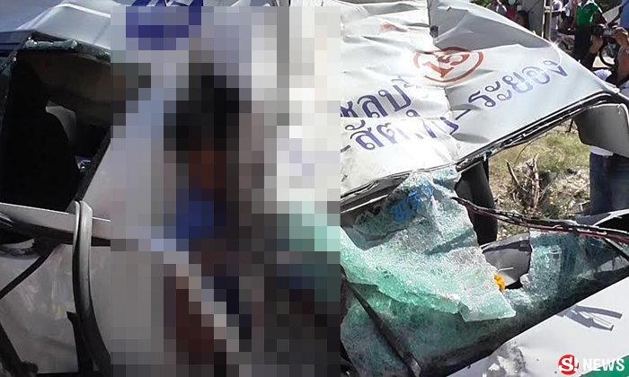 รถตู้ซิ่งแข่งกันรับผู้โดยสาร ยางแตกชนเสาไฟฟ้า ดับ 4 ศพ