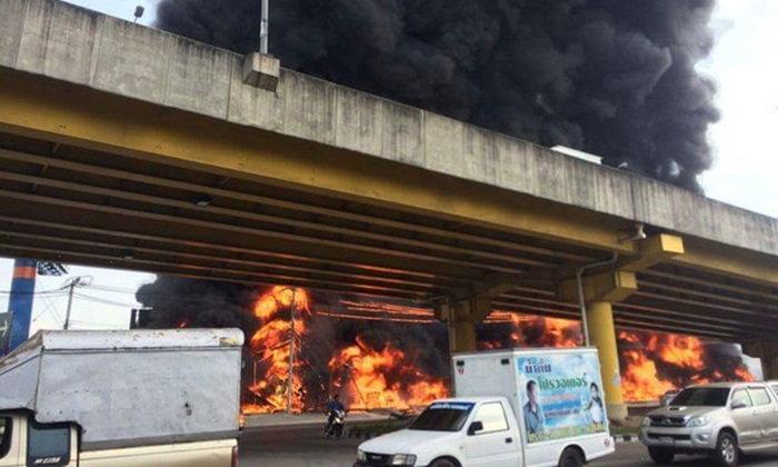 ไฟไหม้ร้านยาง ถนนกัลปพฤกษ์ เพลิงลุกรุนแรง ปิดจราจรชั่วคราว
