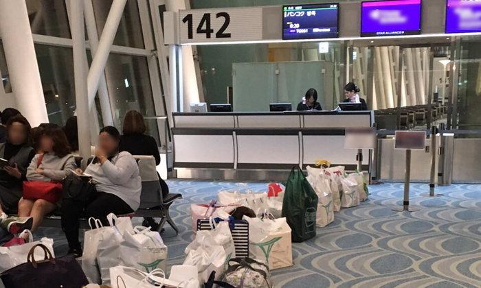 วิจารณ์สนั่น วางของต่อคิวขึ้นเครื่องที่สนามบินฮาเนดะ