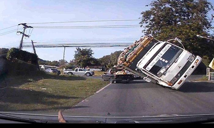 หวาดเสียว! รถบรรทุกเข้าโค้งแรง หวิดคว่ำทับคันอื่นกลางแยก
