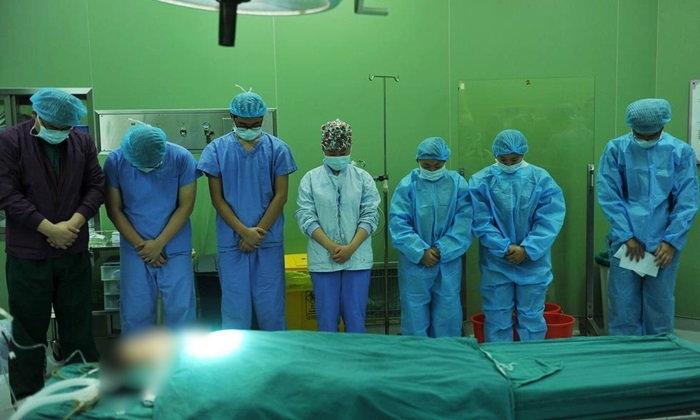 หมอจีนโค้งคำนับศพ เด็กชายขวบเศษ บริจาคอวัยวะให้ผู้อื่น