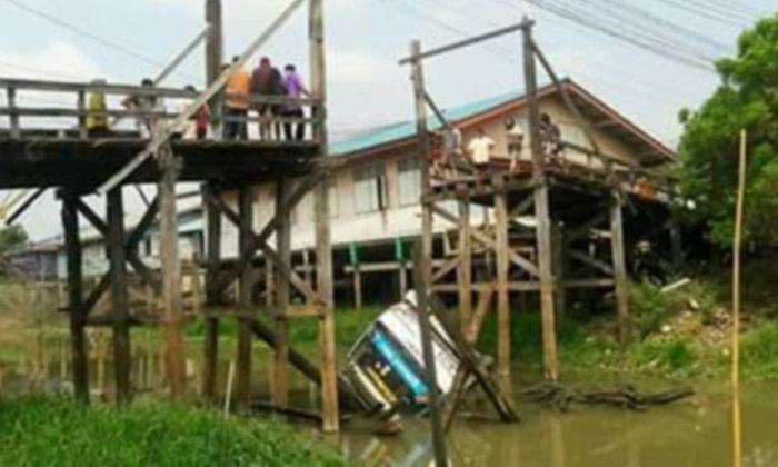 ดันทุรัง! รถ 6 ล้อ ฝืนข้ามสะพานไม้เก่า หักกลางรถจมคลอง