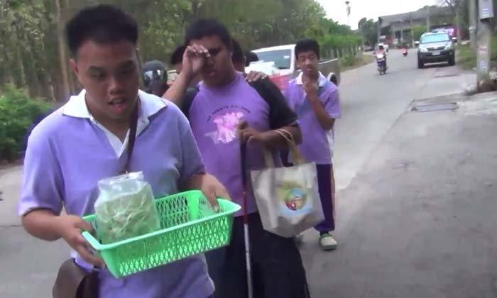 ชาวเน็ตประทับใจเด็กนักเรียนตาบอดเกาะบ่าเดินขายผัก