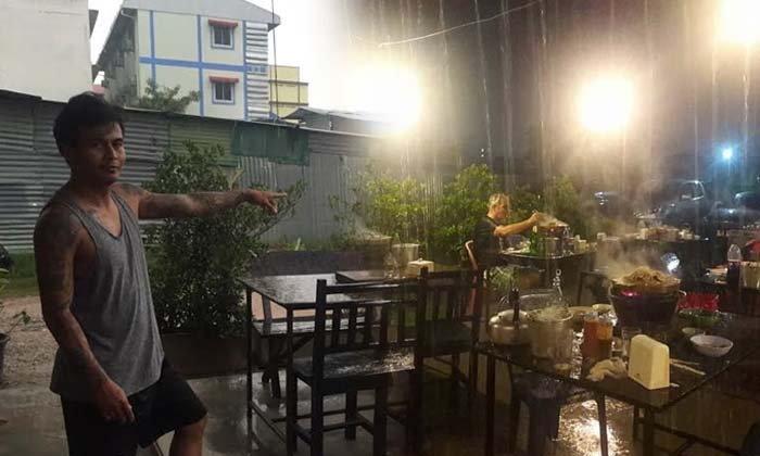 เปิดใจร้านหมูกระทะ ฝรั่งนั่งกินท่ามกลางฝนไม่สนใจใคร