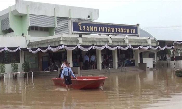 วิกฤตต่อเนื่อง! รพ.บางสะพานใช้เรือย้ายคนไข้กว่า 100 คน ไปรักษา รพ.ประจวบฯ หลังน้ำท่วมหนัก