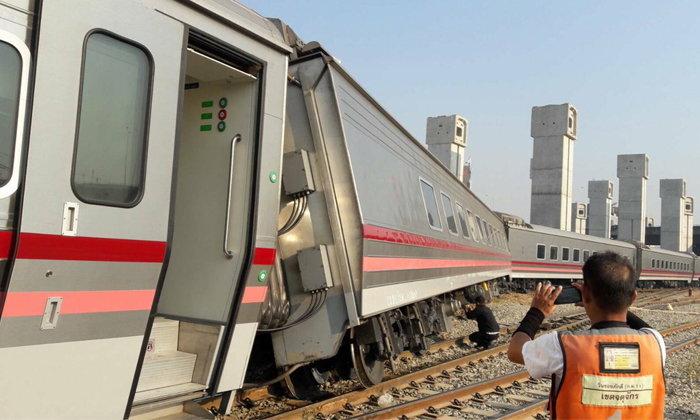 รถไฟรุ่นใหม่ตกรางที่ชุมทางบางซื่อ เจ้าหน้าที่เร่งเคลื่อนย้าย