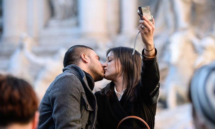 นักวิจัยเผยผู้ที่ชอบอวดความรักบนโซเชียลมีเดียมักไม่มีความสุขในชีวิตจริง