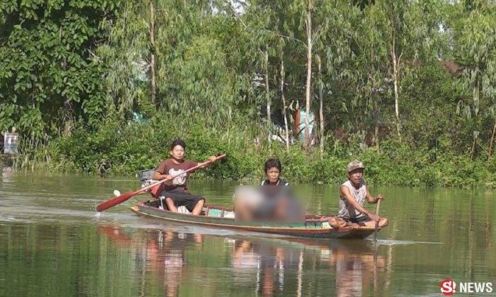 พิจิตรน้ำท่วม 2 เมตร ต้องอุ้มศพพ่อเฒ่าขึ้นเรือไปทำวัด