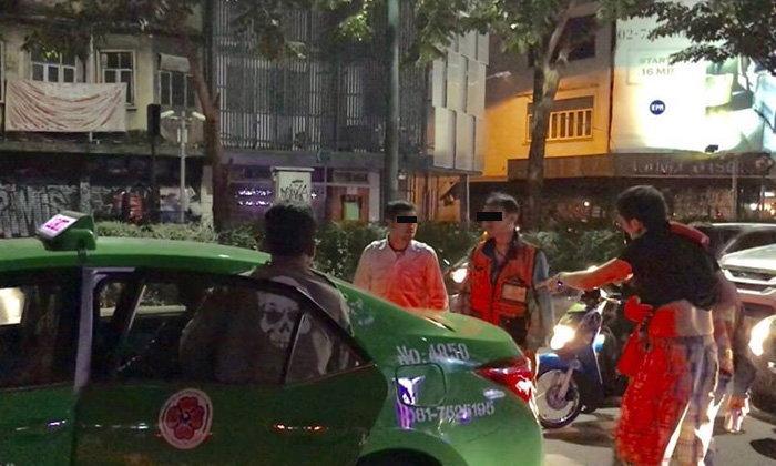 หนุ่มเดินข้ามทางม้าลาย จู่ๆ เจอแท็กซี่พุ่งชน แถมต่อยหน้าพังยับ