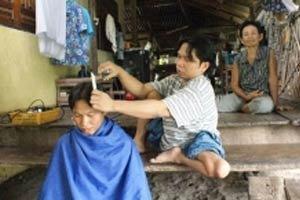 ทึ่ง! หนุ่มพิการขาลีบ ยึดอาชีพตัดผมเลี้ยงครอบครัว