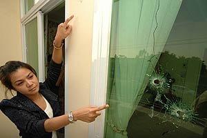 ยิงปืนปาบึ้ม ถล่ม บ้านช่างภาพสาว