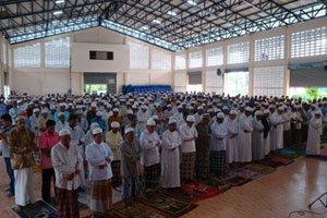 พลังมวลชนนราฯ นับพันคนร่วมคัดค้านผู้ก่อเหตุรุนแรง
