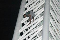 หนุ่มนครพนมเครียด! เมาคลั่งปีนป้ายห้างดัง