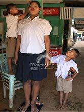 เด็กสูง 2 เมตรเมืองตราดไม่มีเงินฉีดยาหยุดยืด ขอเสื้อผ้าเป็นของขวัญวันเด็ก