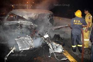 4สาวซิ่งรถตู้เสยท้ายพ่วง18ล้อ ไฟคลอกคนขับดับ2 บาดเจ็บ2