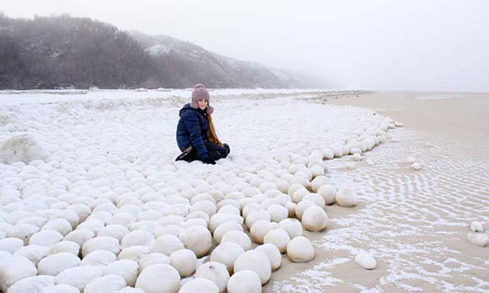 ชาวบ้านรัสเซียฮือฮา ลูกบอลหิมะลึกลับโผล่ริมฝั่ง