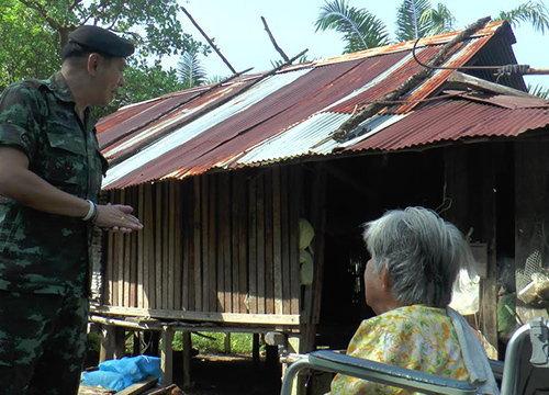 ผบ.ฉก.25ช่วย2หญิงสูงอายุบ้านพังที่ระนอง