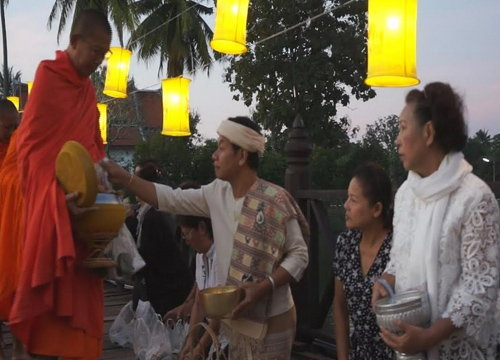สุโขทัยตักบาตรวิถีไทยรับรุ่งอรุณแห่งความสุข
