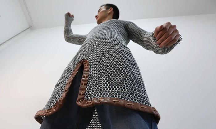 หนุ่มนศ.จีนใช้เวลา 1 เดือนเต็ม ทำชุดเกราะจากโซ่เหล็กหนัก 20 กก.