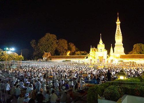 ชาวพุทธไทย-ลาวสวดมนต์ข้ามปีวัดพระธาตุพนม
