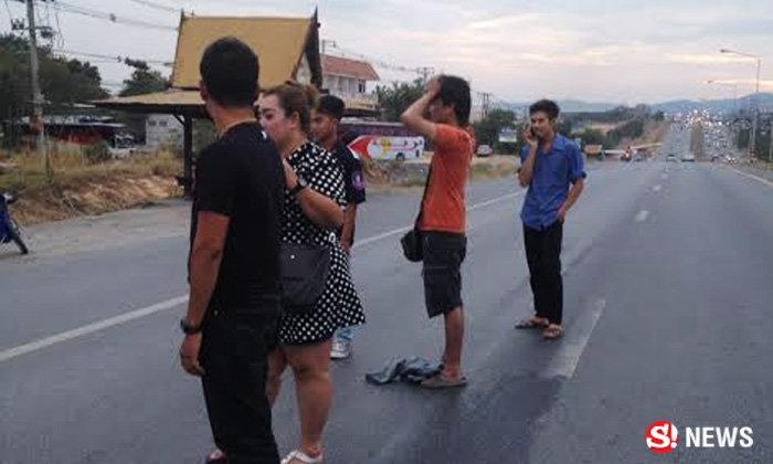 หนุ่มพิลึกยืนนิ่งกลางถนน กำรูปตอนบวชไว้ ถามอะไรก็ไม่พูด
