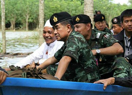 ผบ.ทบ.เยี่ยมผู้ประสบภัยน้ำท่วมอ.รามันจ.ยะลา