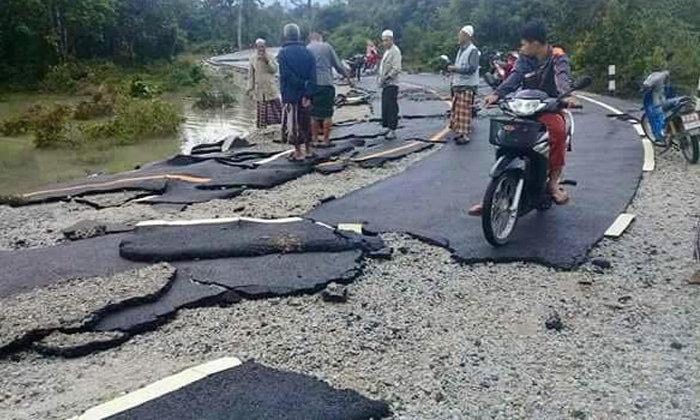 ชาวเน็ตแชร์ภาพถนนลาดยางหลังน้ำลด สภาพหลุดเป็นแผ่นๆ