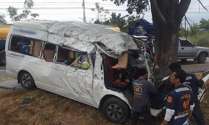 อีกแล้ว! รถตู้เสียหลักพุ่งชนต้นไม้ ดับ 1 เจ็บ 4