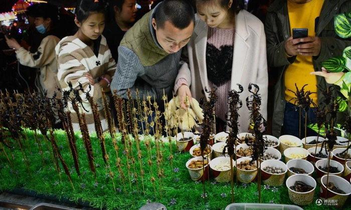 ใครอยากลองบ้าง? งานเลี้ยงสารพัดแมลงทอดในจีน