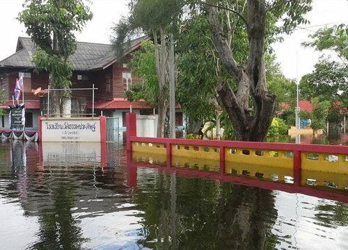 ร.ร.ในจ.สงขลาถูกน้ำท่วมสูงต้องย้ายเด็กมาเรียนที่วัด