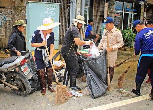 ท่วมชุมพรคลี่คลายผู้ว่าฯนำช่วยทำความสะอาด