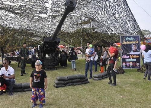 วันเด็กแห่งชาติกทภ.2 คึกคักเด็กๆตื่นเต้นเล่นรถถัง