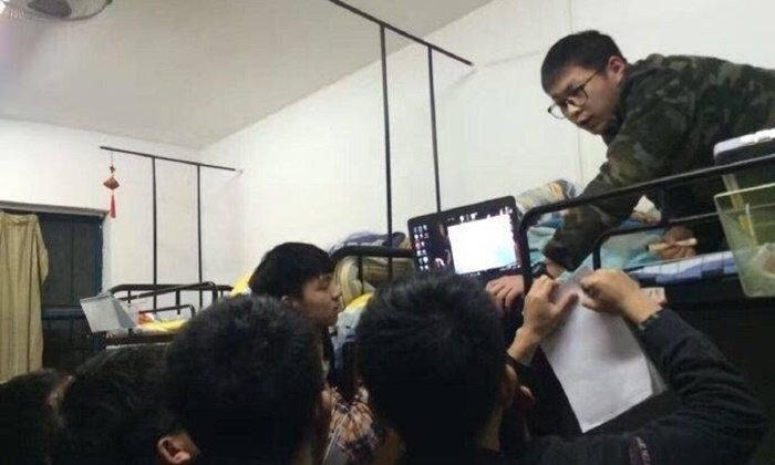 เก่งสุดๆ หนุ่มนักศึกษาที่พึ่งก่อนสอบ เปิดห้องนั่งเตียงติวเข้มให้เพื่อน