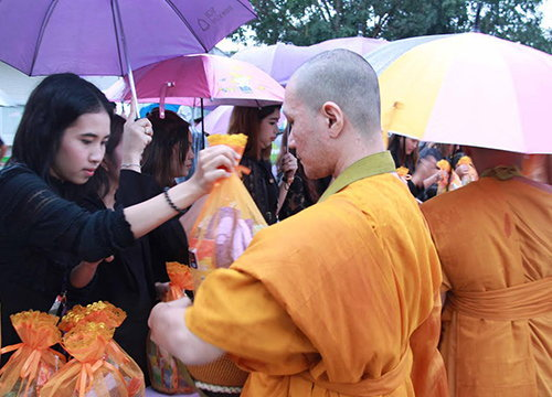ทั่วไทยตักบาตรบำเพ็ญกุศลสตมวาร100วัน