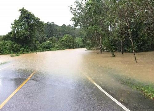 ยะลาฝนหนักน้ำเอ่อล้นตลิ่งท่วมถนน-บ้านในพื้นที่ลุ่ม