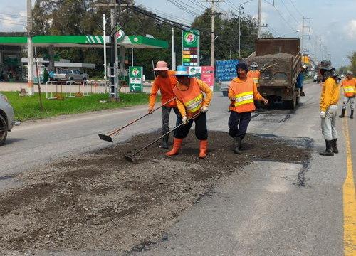 ทล.ประจวบฯเร่งซ่อมผิวถนนทั้งจังหวัดหลังน้ำลด