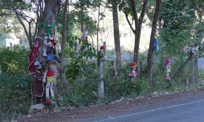 ชาวบ้านขวัญผวา! โค้งอันตรายแขวนซากตุ๊กตานับร้อย สะพรึงทั้งกลางวันกลางคืน