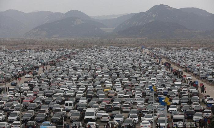 แน่นเอี๊ยด! มวลชนชาวจีนแห่ขับรถเที่ยวเอง จอดกันล้นลาน
