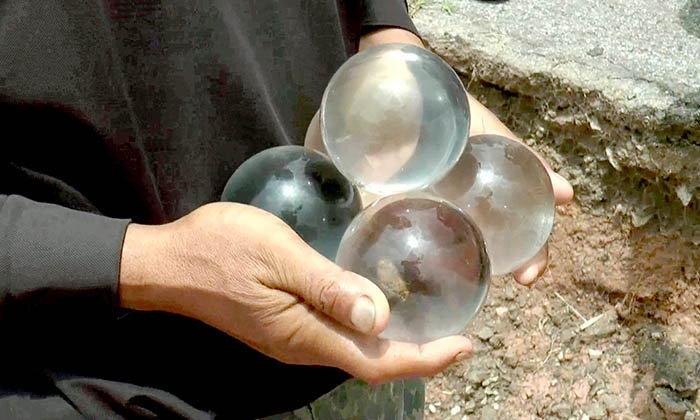 ชาวบ้านบุรีรัมย์แตกตื่นแห่ดูลูกแก้วใส เชื่อเป็นของโบราณ