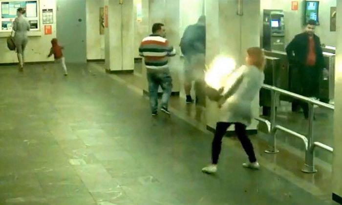 สาวไฟแรง! เพลิงปะทุข้างลำตัวกลางสถานีรถไฟใต้ดิน