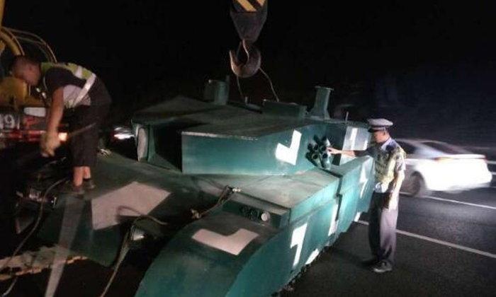 ตำรวจจีนงง! ใครทิ้งรถถัง จอดขวางทำรถติดไว้บนทางด่วน