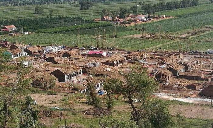 พายุทอร์นาโดถล่มจีน หมู่บ้านพังราบแทบจำสภาพเดิมไม่ได้