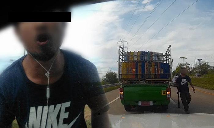 นักเลงบนถนน! ถือไม้เบสบอลโชว์กร่าง เคาะกระจกรถหาเรื่องผู้หญิง