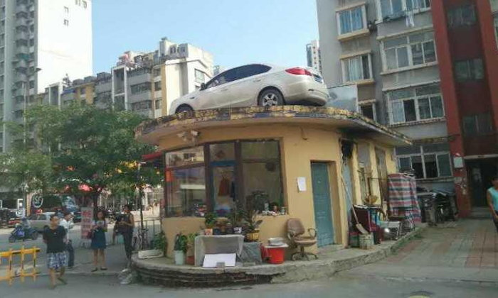 หญิงจีนทะเลาะรภป. ทิ้งรถจอดขวางทาง เจอยกไว้บนหลังคาป้อมยาม