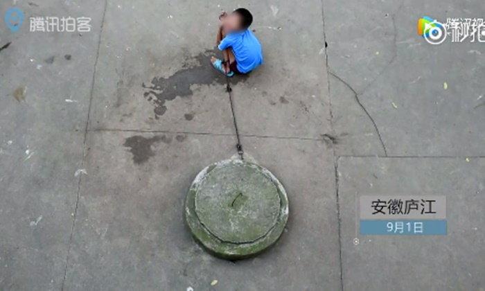 รันทด! เด็กชายสติไม่ดีถูกมัดติดบ่อน้ำ ใช้ชีวิตอยู่กับเป็ดไก่