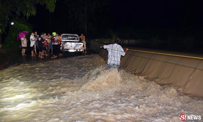 น้ำล้นฝายซัดรถผู้รับเหมาจมห้วย ลูกน้องฝ่ากระแสน้ำช่วยชีวิต