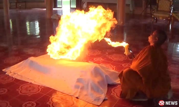 หลวงพ่อเป่าไฟ ถูกวิจารณ์ยับ แจงชาวบ้านขอเพื่อสิริมงคล
