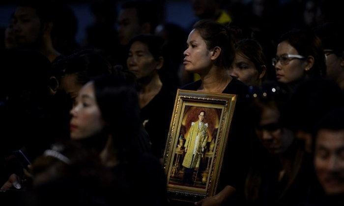สื่อนอกเผยภาพความทรงจำ คนไทยเฝ้ารอริ้วขบวนสุดท้าย