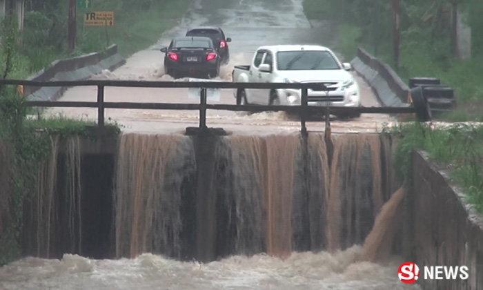 ฝนกระหน่ำสงขลา น้ำป่าไหลหลากลงเขา ถนนสัญจรเริ่มลำบาก
