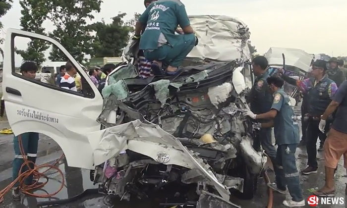 รถตู้นักท่องเที่ยวชนท้ายสิบล้อ ไฟลุกท่วม ครอกดับ 5 ศพ